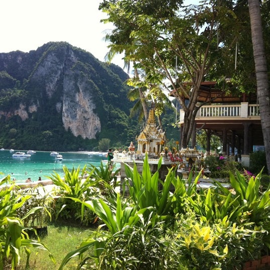 Photo taken at เกาะพีพีดอน (Koh Phi Phi Don) by Begoña A. on 10/23/2011