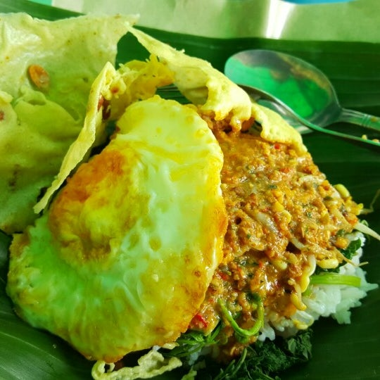 Photo taken at Nasi pecel bu Tari HCOS nginden by Squall L. on 12/8/2015