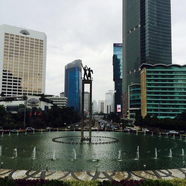 Photo taken at Bundaran Hotel Indonesia (Monumen Selamat Datang) by Fadzuan T. on 10/2/2016