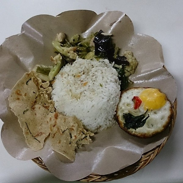 Photo taken at Nasi Pecel Bu Tinuk by Griskalia C. on 2/11/2014