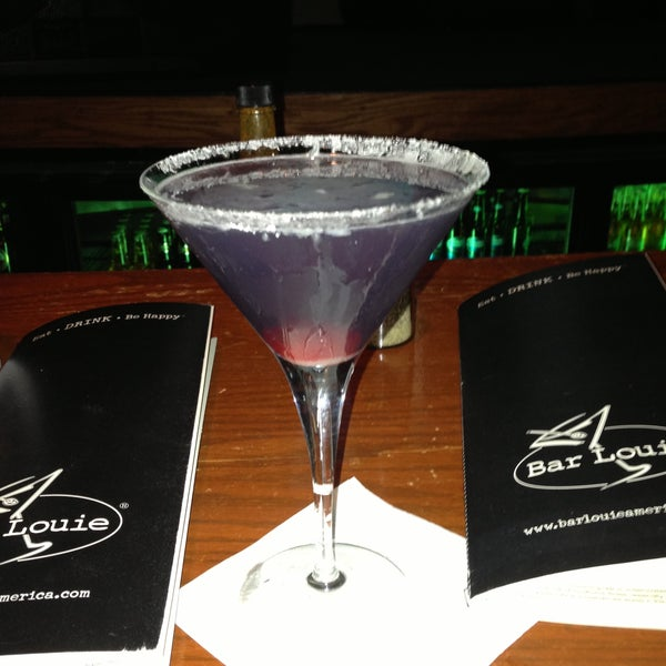 Photo taken at Bar Louie Mohegan Sun by Diane S. on 4/13/2013
