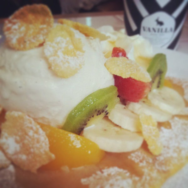 Photo taken at Vanilla Crepe Cafe by Ryuji380 on 4/20/2013