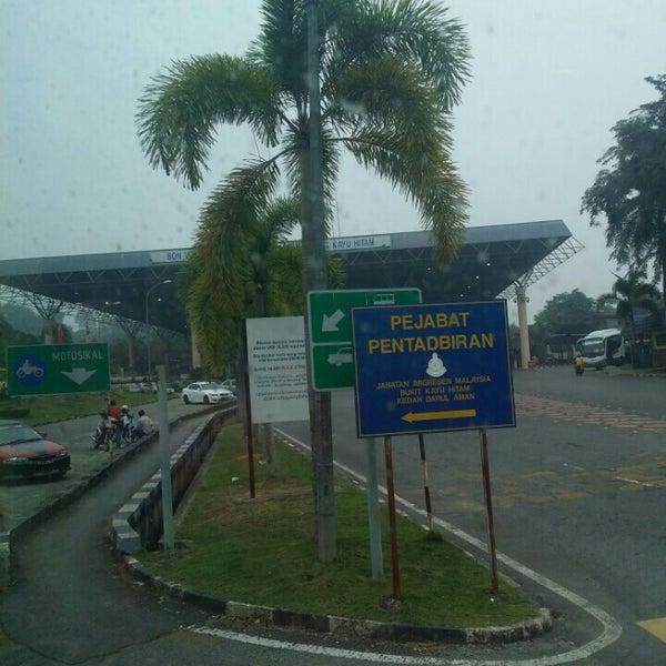 Photo taken at Bukit Kayu Hitam Immigration Complex by Atikah L. on 10/22/2015