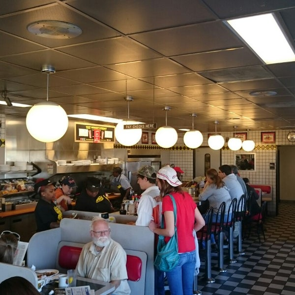 Photo taken at Waffle House by Mauricio d. on 11/1/2014