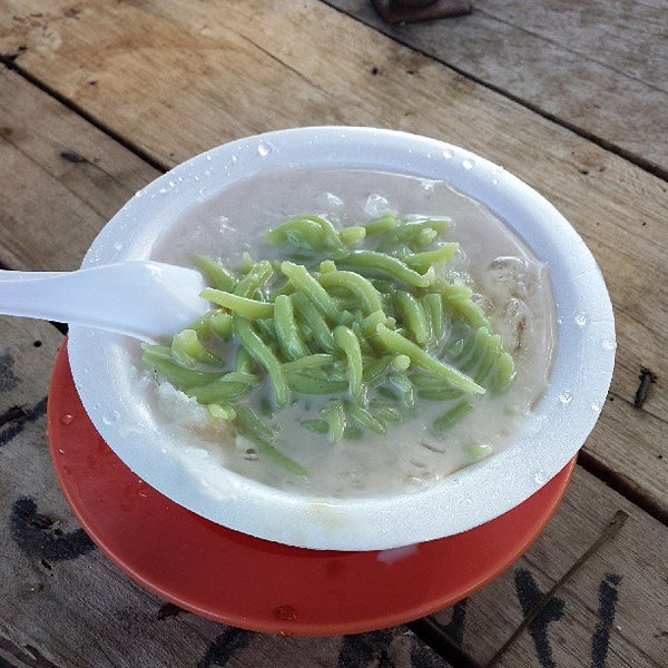 Photo taken at Cendol & Rojak Taman Bahagia by Justin Y. on 5/28/2013