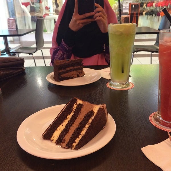 Photo taken at Secret Recipe by Umairah A. on 4/29/2015