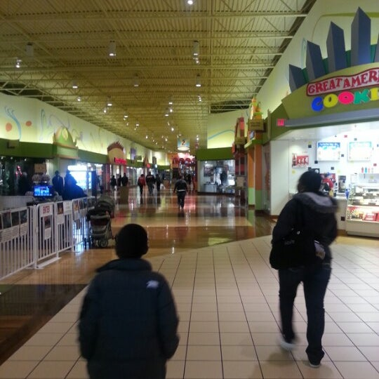 Photo taken at St. Louis Outlet Mall by Willnard A. on 12/29/2012