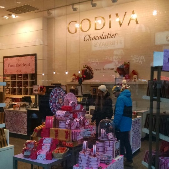 Photo taken at Godiva Chocolatier by Luiz K. on 2/9/2015