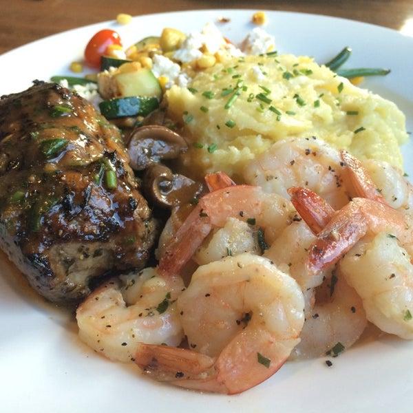 Photo taken at Earls Restaurant by Mac K. on 6/6/2014