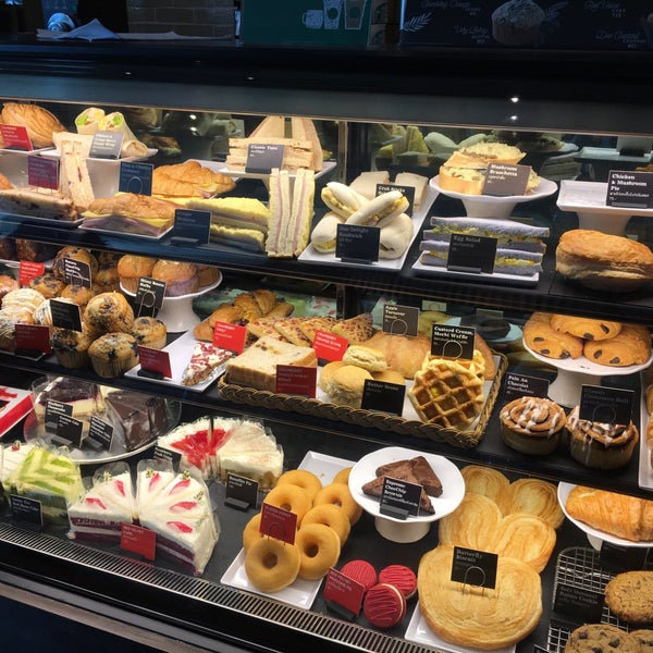 Photo taken at Starbucks by Kranfern I. on 11/25/2016