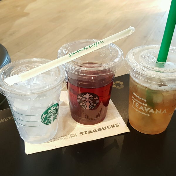 Photo taken at Starbucks by Niqueynick S. on 10/11/2016