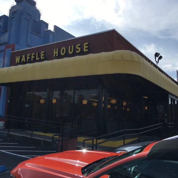 Photo taken at Waffle House by Abdullah M. on 5/20/2016