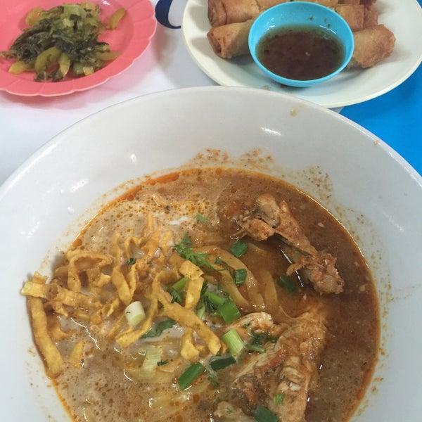 Photo taken at Kao Soi Lamduan Fa Ham by Lovely_biatch on 2/29/2016