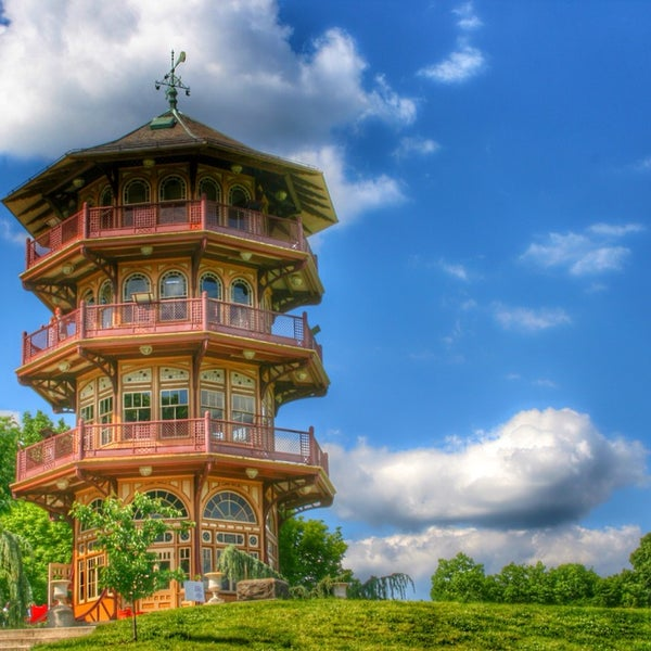 Huge beautiful park, but it's a little unsafe at night. Check out the pagoda, on Sunday's you can go inside for a tour. It's beautiful.