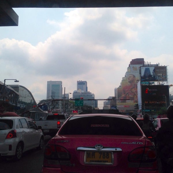 Photo taken at แยกอโศก-เพชรบุรี (Asok-Phetchaburi Intersection) by 「S💋LLY」 on 3/7/2014