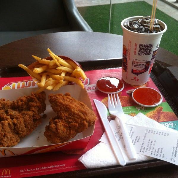Photo taken at McDonald's (แมคโดนัลด์) by paele ✩. on 1/27/2015