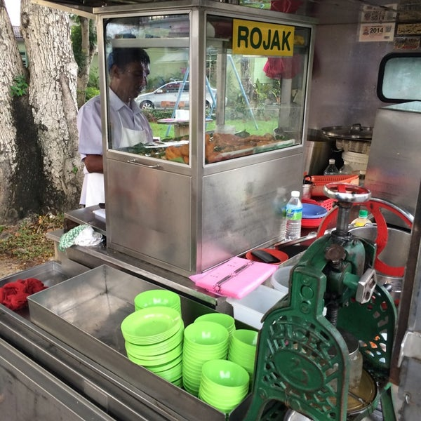 Photo taken at Cendol & Rojak Taman Bahagia by Clarence T. on 3/22/2014