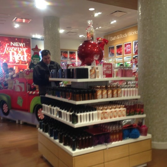 Bath & Body Works Bath & Body Works stores in New York - Hours, locations and phones Find here all the Bath & Body Works stores in New York. To access the details of the store (locations, store hours, website and current deals) click on the location or the store name.