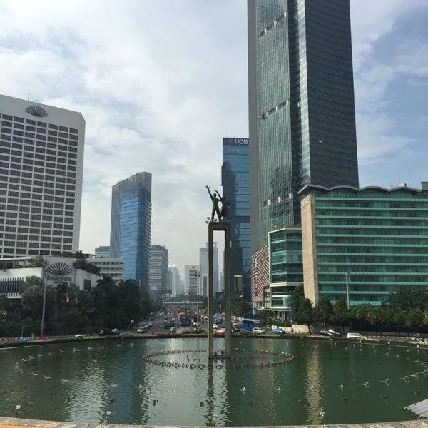 Photo taken at Bundaran Hotel Indonesia (Monumen Selamat Datang) by Abdurrezzak S. on 10/13/2016