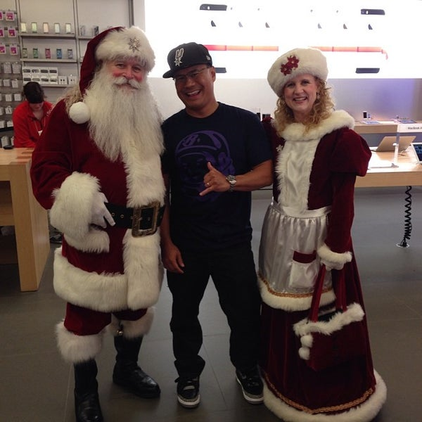 Photo taken at Apple Store by Triman T. on 12/18/2013