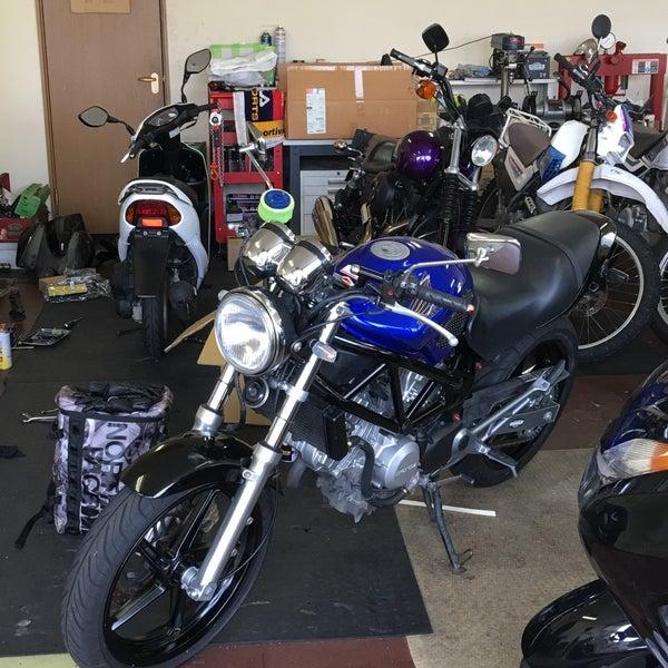 Moto garage hangout 40 visitors for Location garage moto