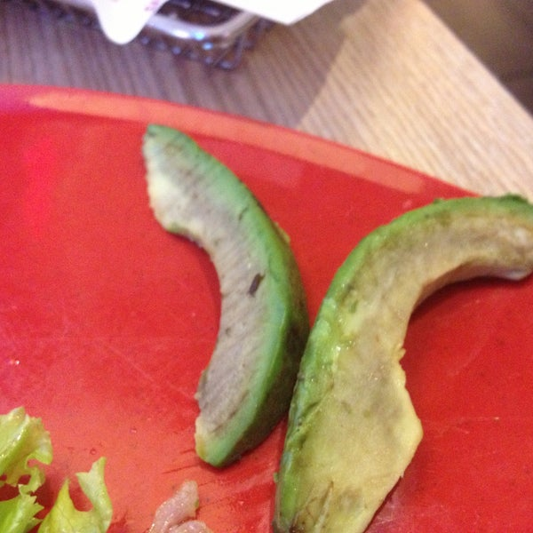 Nobody likes black avocado ! Guy was nice enough to bring fresh slices.