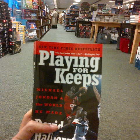 Photo taken at Barnes & Noble by Cesar, Jr. C. on 12/11/2012