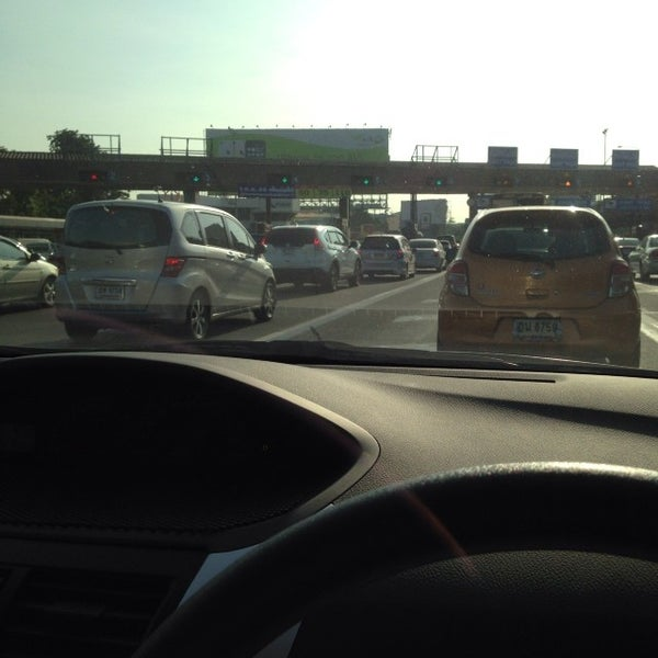 Photo taken at ด่านฯ ดาวคะนอง (Dao Khanong Toll Plaza) by Koongnang M. on 11/20/2013