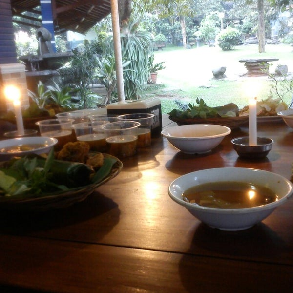 Photo taken at Ikan Bakar Bambu Haur by Novieka D. on 7/21/2013
