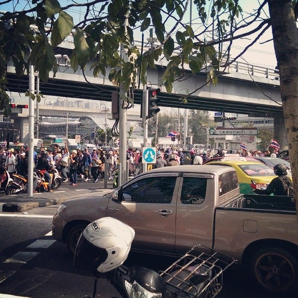 Photo taken at แยกอโศก-เพชรบุรี (Asok-Phetchaburi Intersection) by WORi7 on 12/9/2013