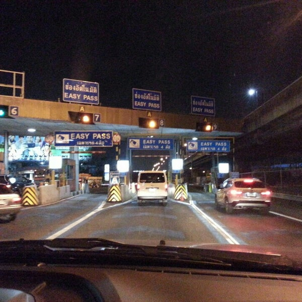 Photo taken at ด่านฯ ดาวคะนอง (Dao Khanong Toll Plaza) by Tha T. on 4/22/2015