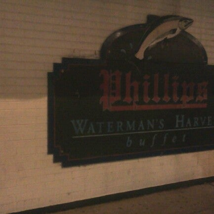 Photo taken at Phillips Seafood by Salwa k. on 10/26/2012