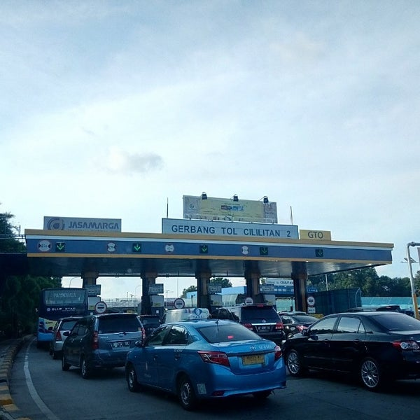 Photo taken at Gerbang Tol Cililitan by Josep G. on 5/28/2016