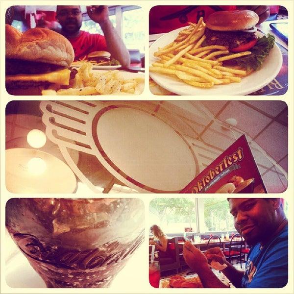 Photo taken at Steak 'n Shake by J. A. A. on 8/24/2013