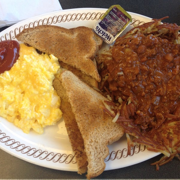 Photo taken at Waffle House by Ozum A. on 1/30/2015