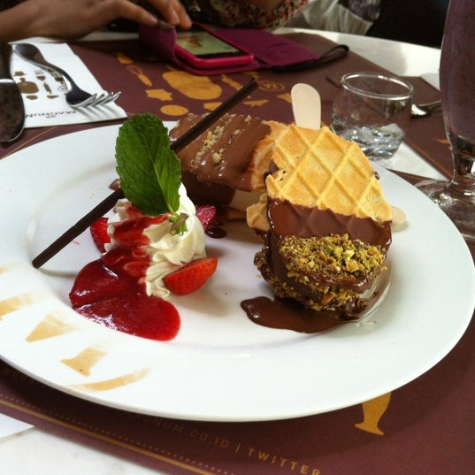 Photo taken at The New Magnum Café by sari n. on 11/17/2012