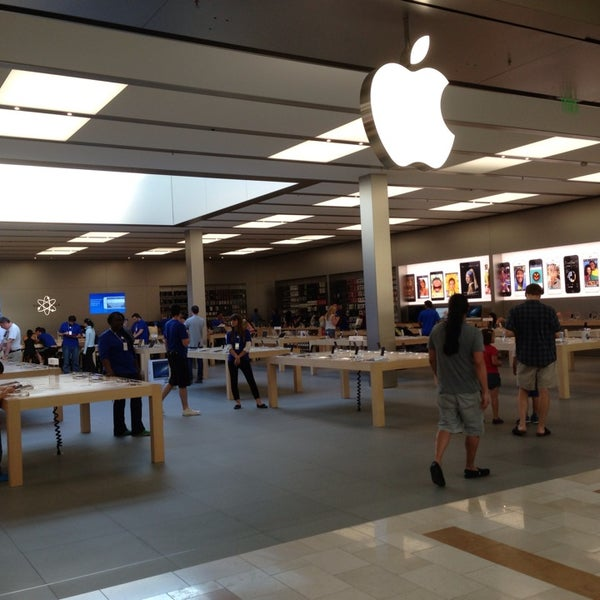 Photo taken at Apple Bellevue Square by Tony.psd on 7/19/2013