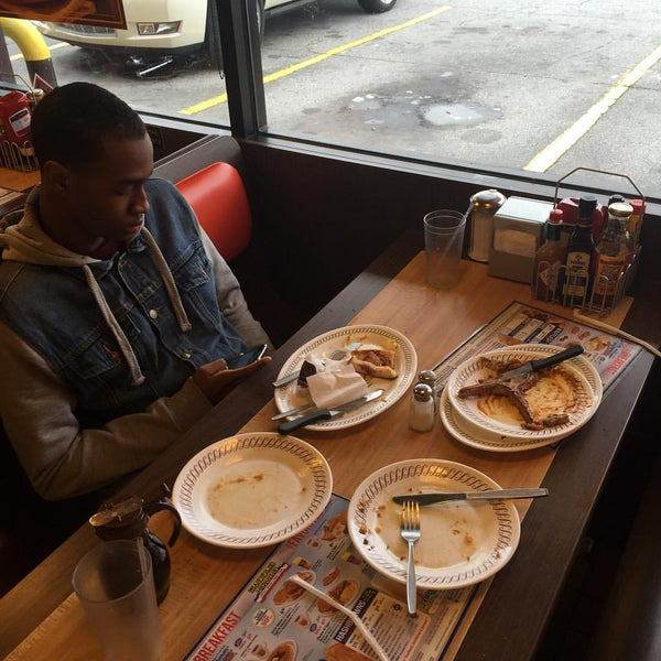 Photo taken at Waffle House by Leon Q. A. on 10/4/2015