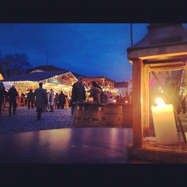 Photo taken at Weihnachtsmarkt vor dem Schloss Charlottenburg by Tati G. on 12/4/2012