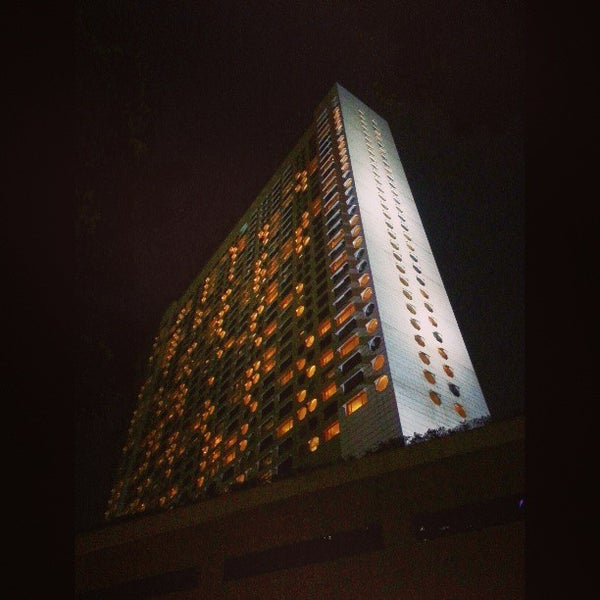 Photo taken at The Ritz-Carlton Millenia Singapore by Vincent L. on 4/17/2013