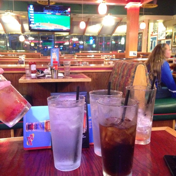 Photo taken at Red Robin Gourmet Burgers by Aung on 6/15/2014