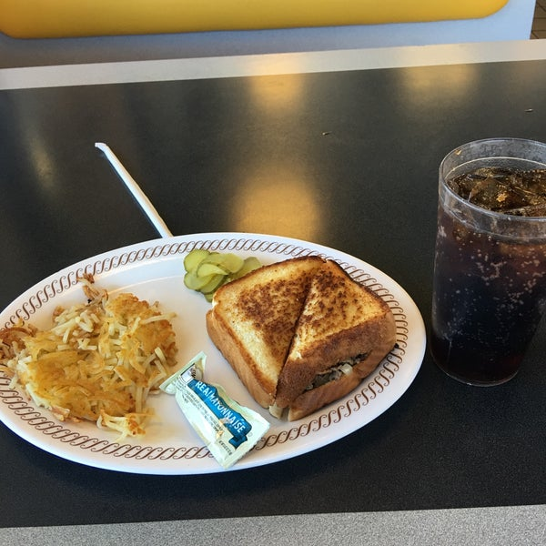 Photo taken at Waffle House by Abdullah. Ad on 9/16/2016