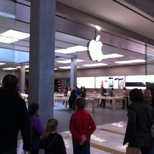 Photo taken at Apple Bellevue Square by Hector D. on 10/12/2012