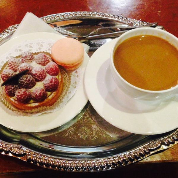 Photo taken at La Maison du Macaron by Nizo A. on 5/22/2014