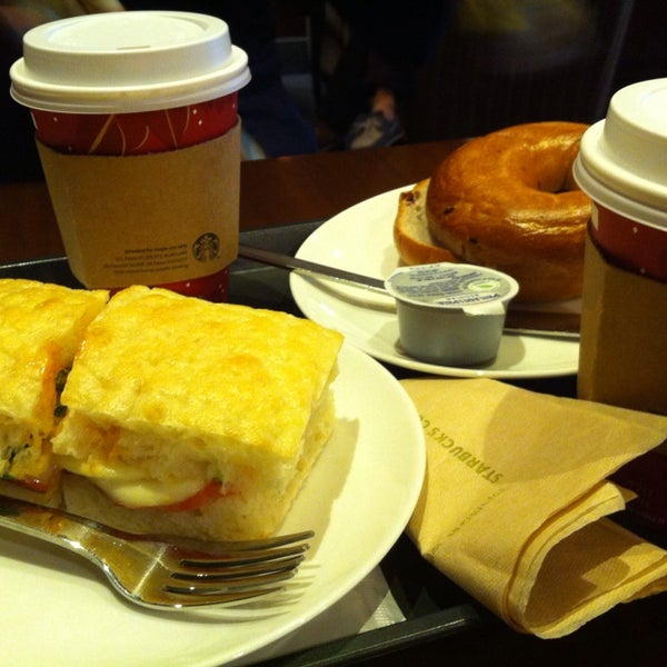 Photo taken at Starbucks by 찬 김. on 1/1/2014