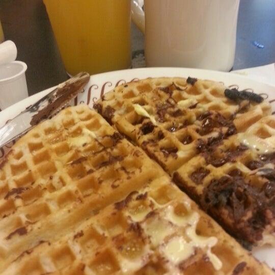 Photo taken at Waffle House by SindiSinDias on 11/2/2012