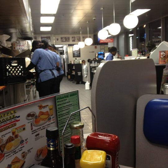 Photo taken at Waffle House by Yana Y. on 11/7/2012