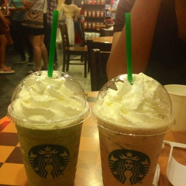 Photo taken at Starbucks (สตาร์บัคส์) by Kwang S. on 12/30/2012