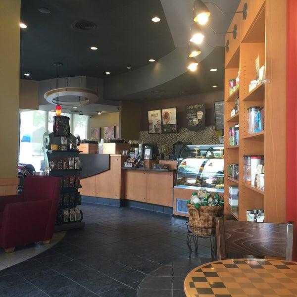 Photo taken at Starbucks by jeerasak o. on 4/12/2016