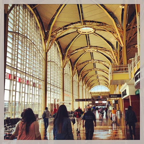 Photo taken at Ronald Reagan Washington National Airport (DCA) by Carlos O. on 5/25/2013